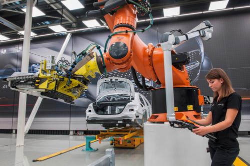 Durch die Mensch-Roboter-Kooperation und den Einsatz eines fahrerlosen Transport-Fahrzeugs soll die Montage flexibler werden.