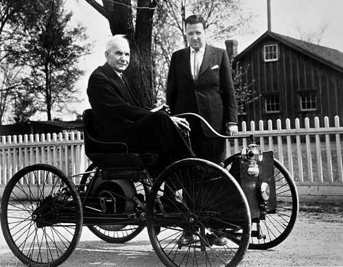 Henry Ford und Henry Ford II mit dem Quadricycle (1946).